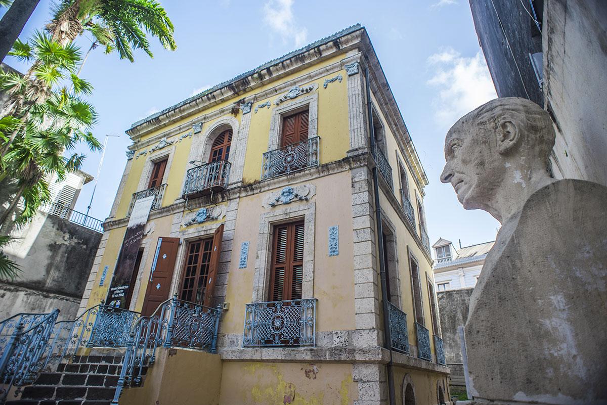 Un buste de Victor Schoelcher découpé et volé en Guadeloupe