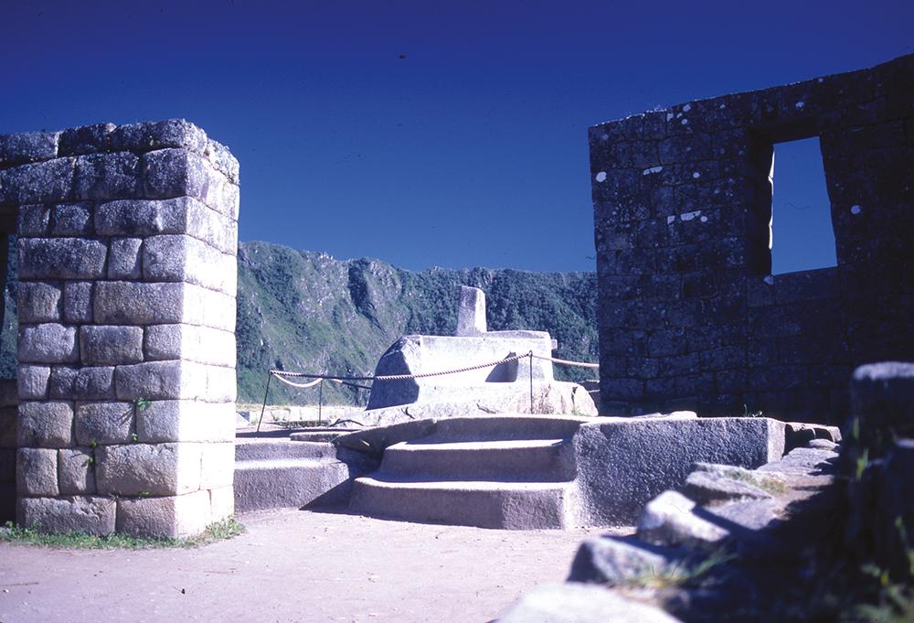 La partie supérieure du Machu Picchu (le Vieux Pic ;  en réalité, on ignore le véritable nom de la cité)  est la plus sacrée ; c'est ici  que les cultes étaient rendus au soleil par les grands prêtres.