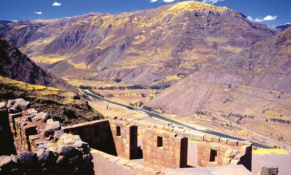 En amont du Machu Picchu, la vaste vallée sacrée était beaucoup plus peuplée et beaucoup mieux mise en valeur sur le plan agricole que ne le furent les pentes autour du Machu Picchu. Ces quelques ruines appartiennent à la cité de Pisac.