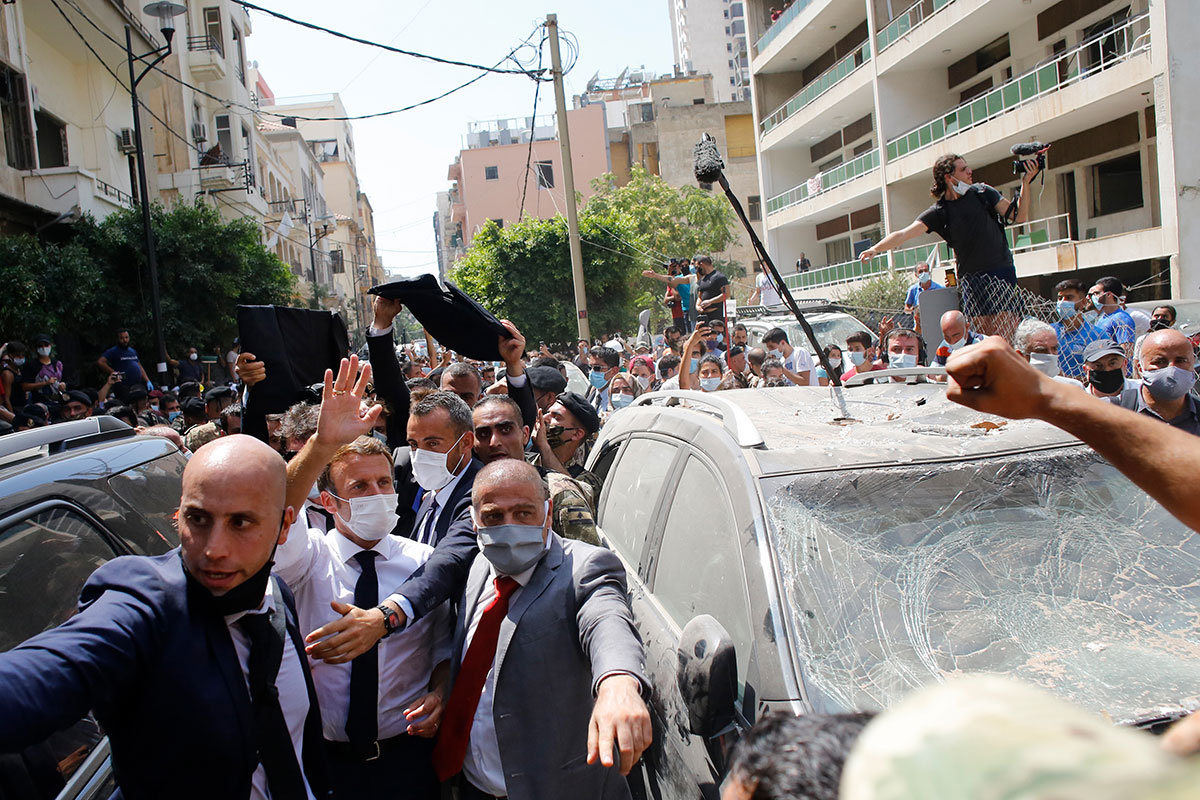 """Dans Beyrouth dévastée, Macron demande un """"changement de système"""" au pouvoir"""