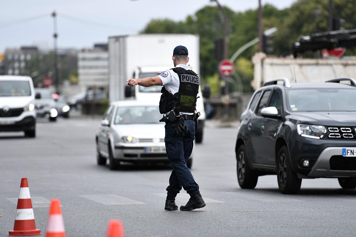 Percuté par un véhicule qui prenait la fuite, un policier décède au Mans