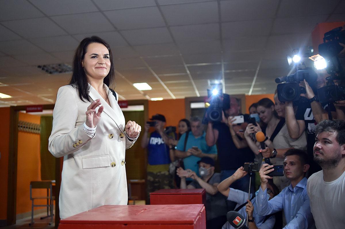 Bélarus: la principale rivale du président quitte le pays