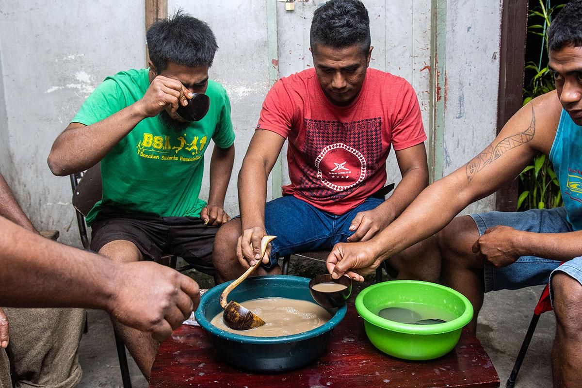 Aux Fidji, la consommation du kava s'adapte au coronavirus