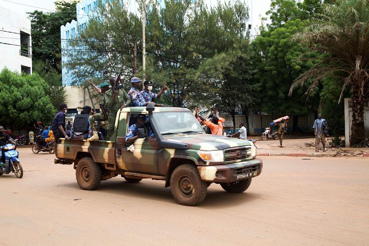 Mali: des militaires renversent le président et promettent des élections