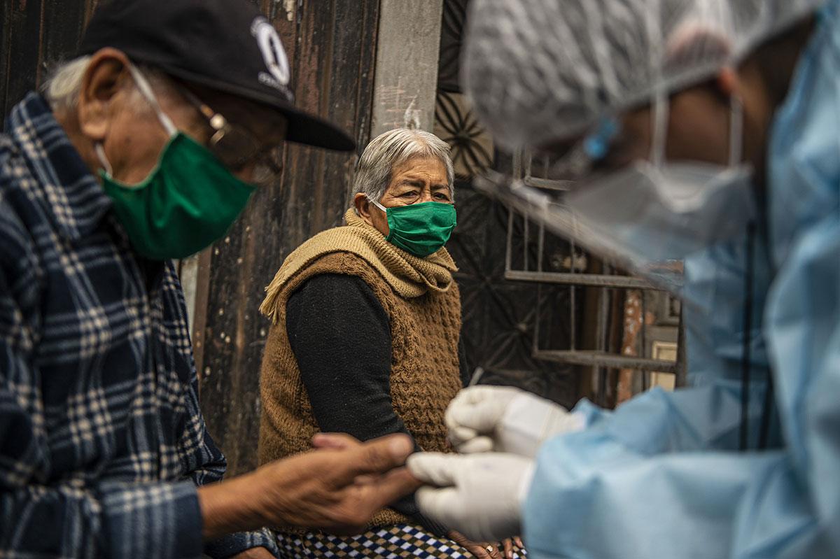 Coronavirus: la situation sanitaire se dégrade, espoir d'un traitement au plasma