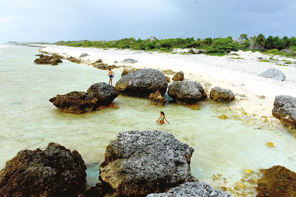 Du haut de l'un des blocs de corail jeté sur la plage par un cyclone ; on imagine la puissance de la tempête.