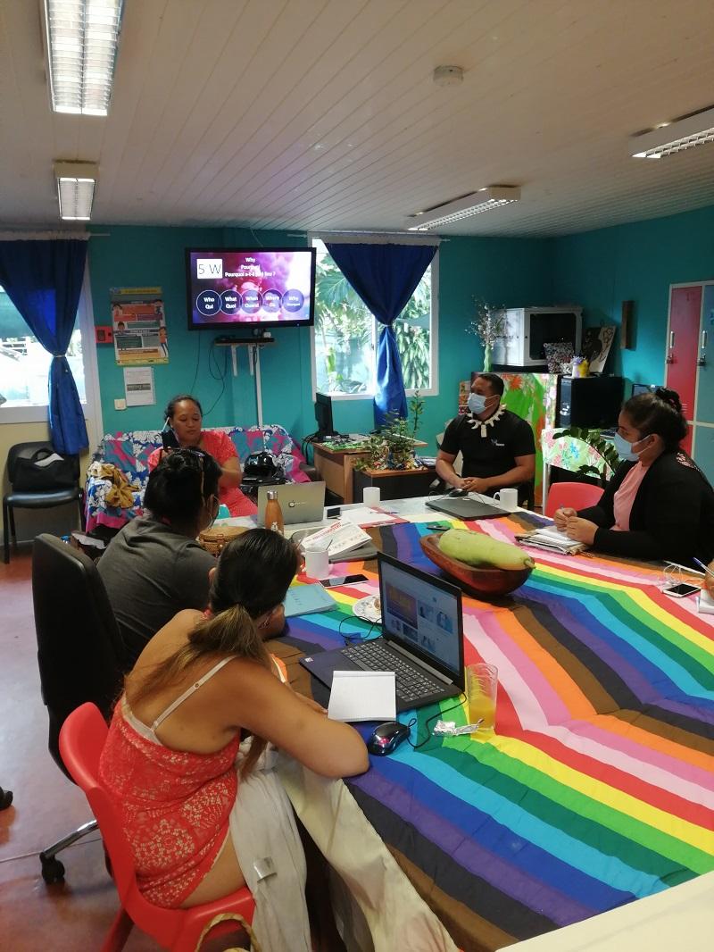 Des entrepreneurs issus des précédentes promos de PRISM sont intervenus, comme Heiura Itae Tetaa fondatrice de Speak Tahiti (à gauche en rouge) et Kohu Barsinas fondateur de Destination Marquises (à droite en noir)