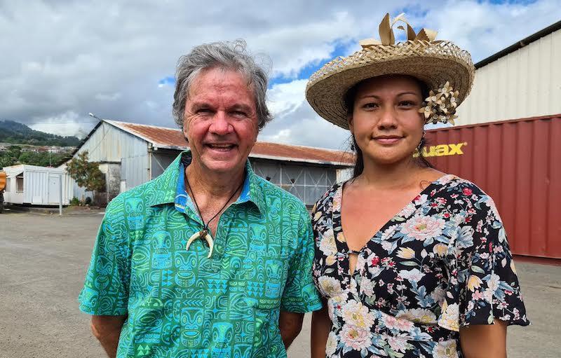 Jacky Bryant et sa suppléante Mélodie Teariki, samedi matin devant les terrains militaires de Arue.