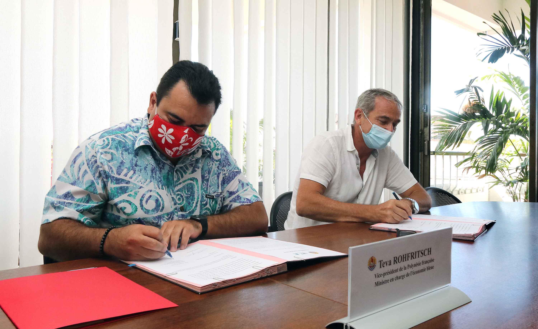 Teva Rohfritsch, le vice-président de la Polynésie française, ministre en charge de l'Economie bleue et le président de l'Université de Polynésie française, Patrick Capolsini.