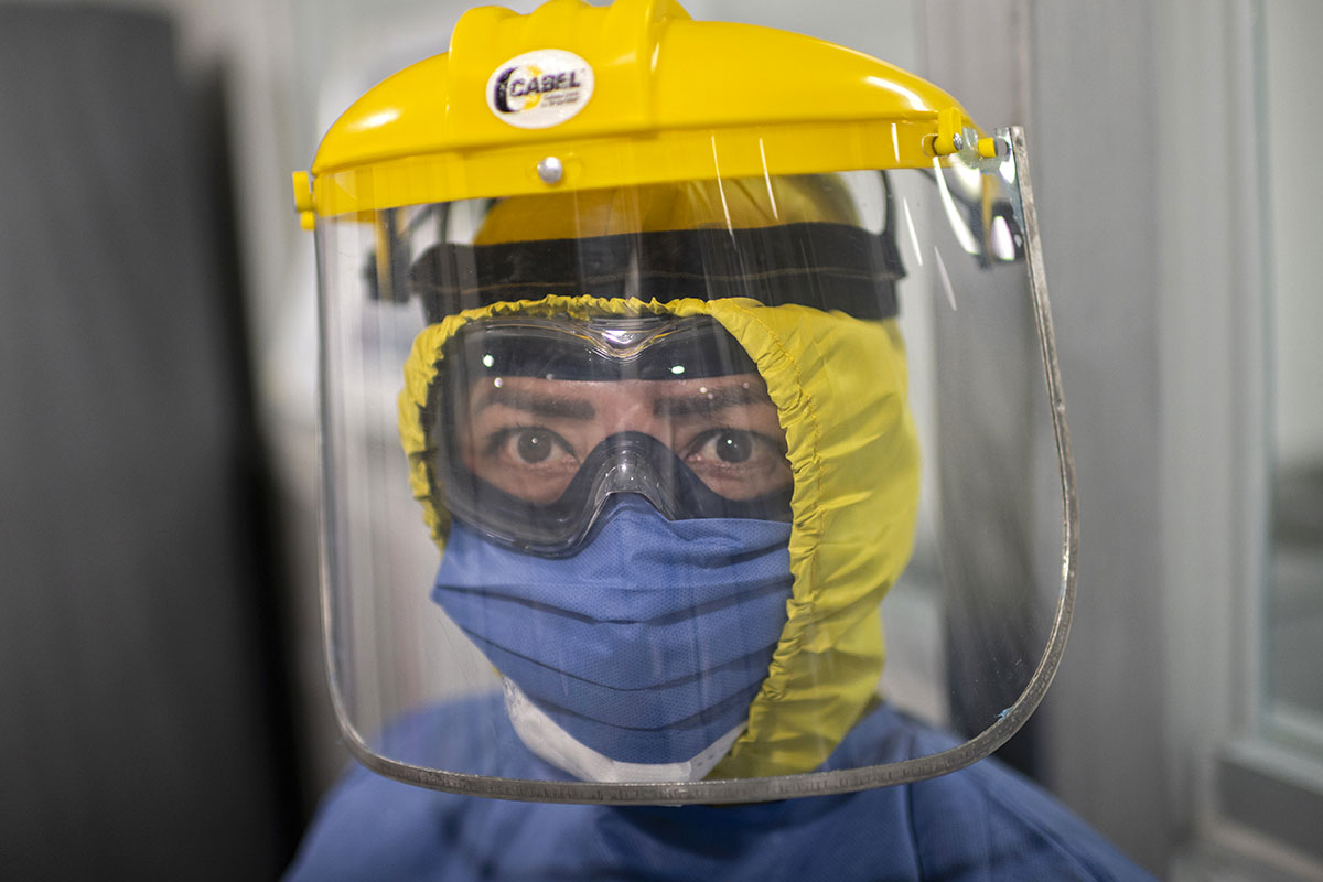 Comment visières et masques à valve laissent passer des gouttelettes invisibles