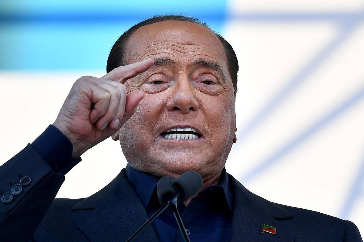 """Italie: """"Il Cavaliere"""" Silvio Berlusconi, positif au Covid-19, a été hospitalisé"""
