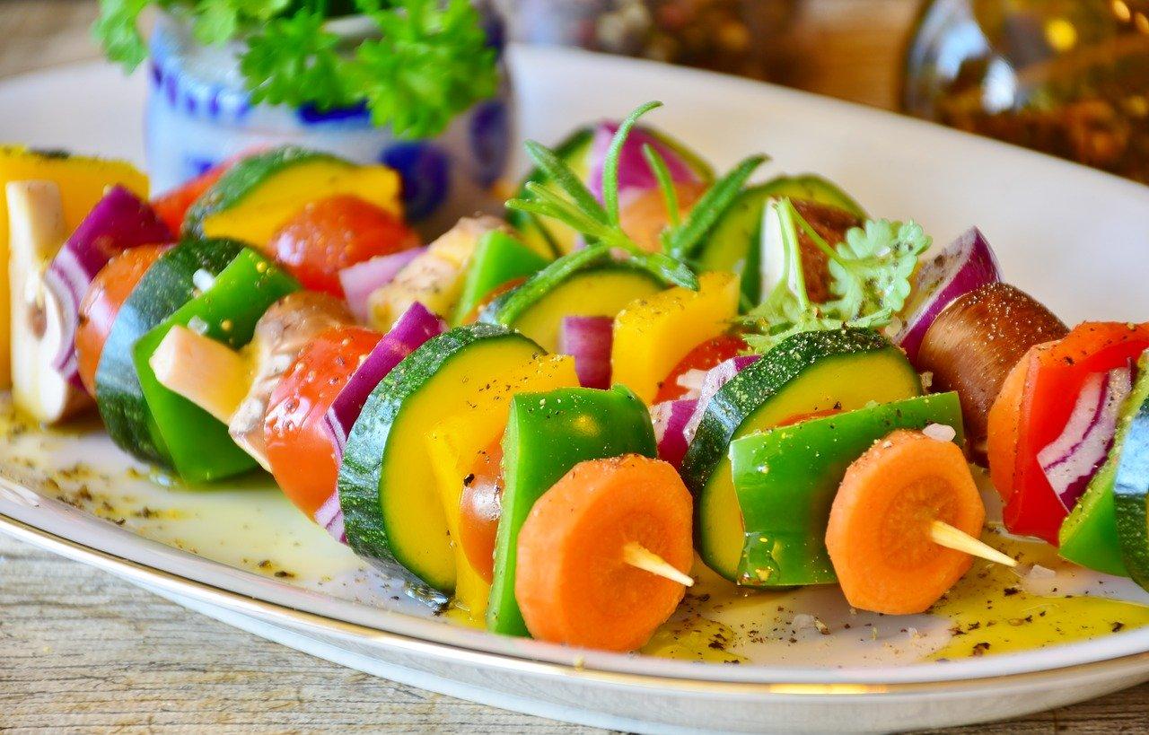 Cantines scolaires: il faut passer à deux menus végétariens par semaine, dit Greenpeace