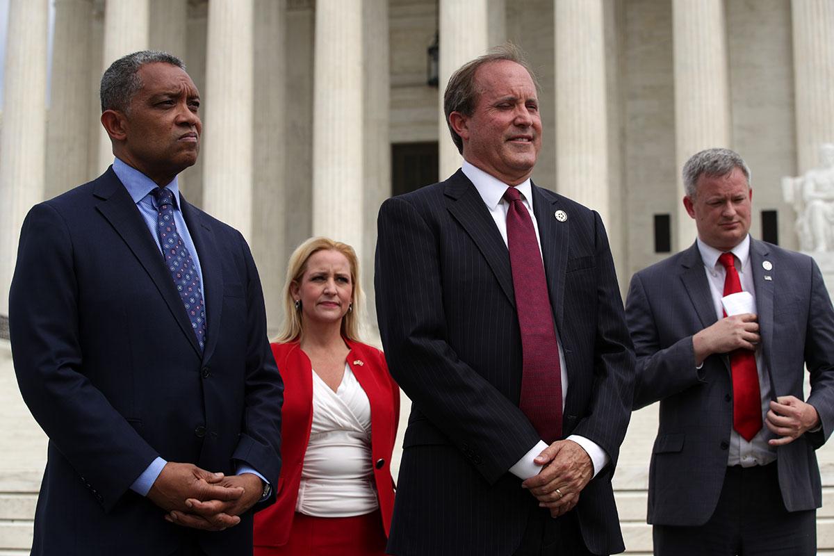Le procureur général du Dakota du Sud Jason Ravnsborg (à droite).