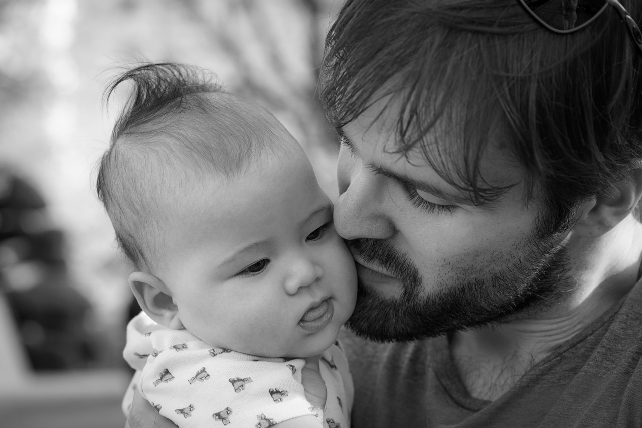 Doublement en 2021 du congé paternité en France, mesure largement saluée