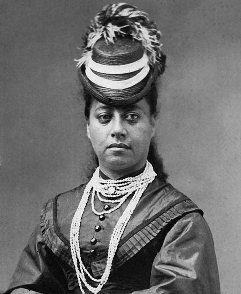 La reine Emma arbore avec fierté un lei de Ni'ihau. Aujourd'hui, certains de ces colliers atteignent des prix extraordinaires, dépassant parfois 3 millions de Fcfp !