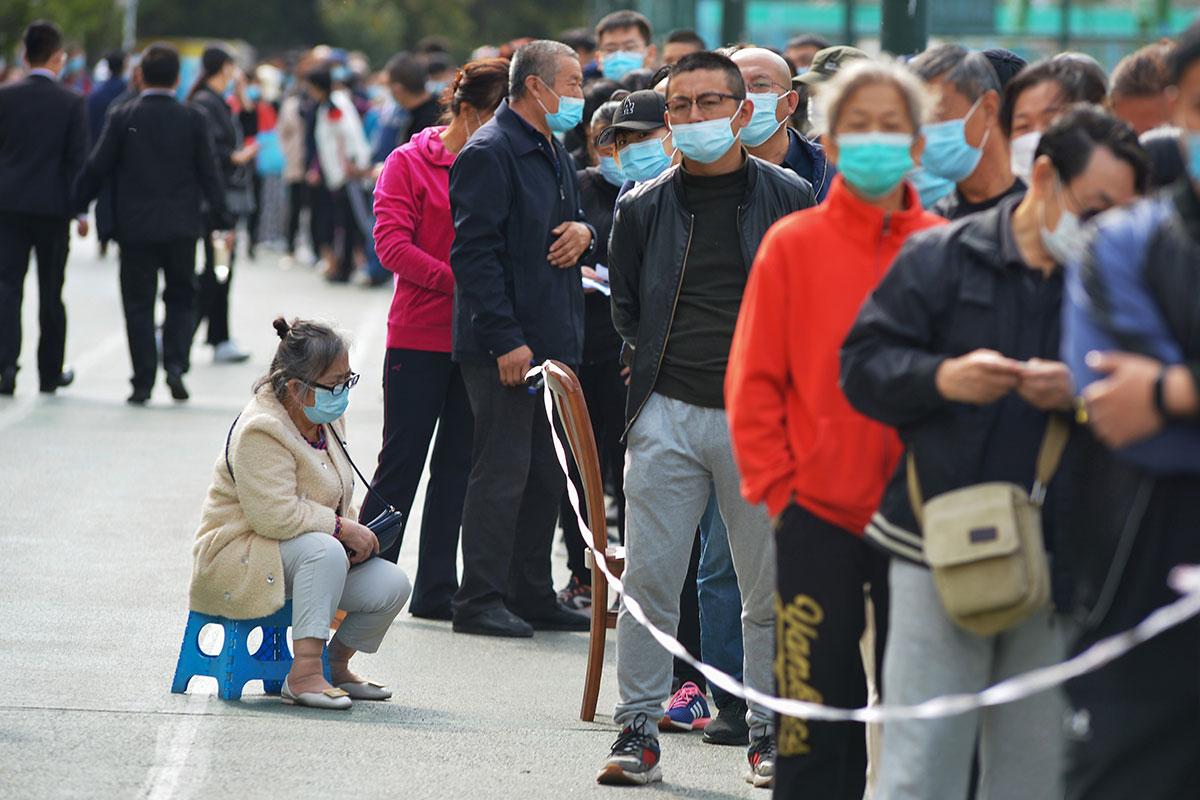 La Chine va dépister une métropole entière, l'Europe renforce les restrictions