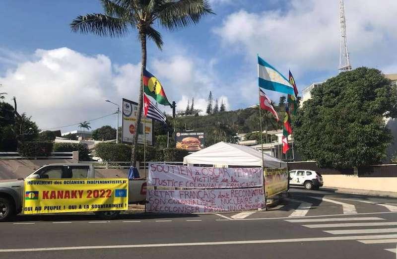 (Légende : Des banderoles de soutien au leader indépendantiste polynésien, devant le tribunal de Nouméa. Photo J.A.-G.L.)