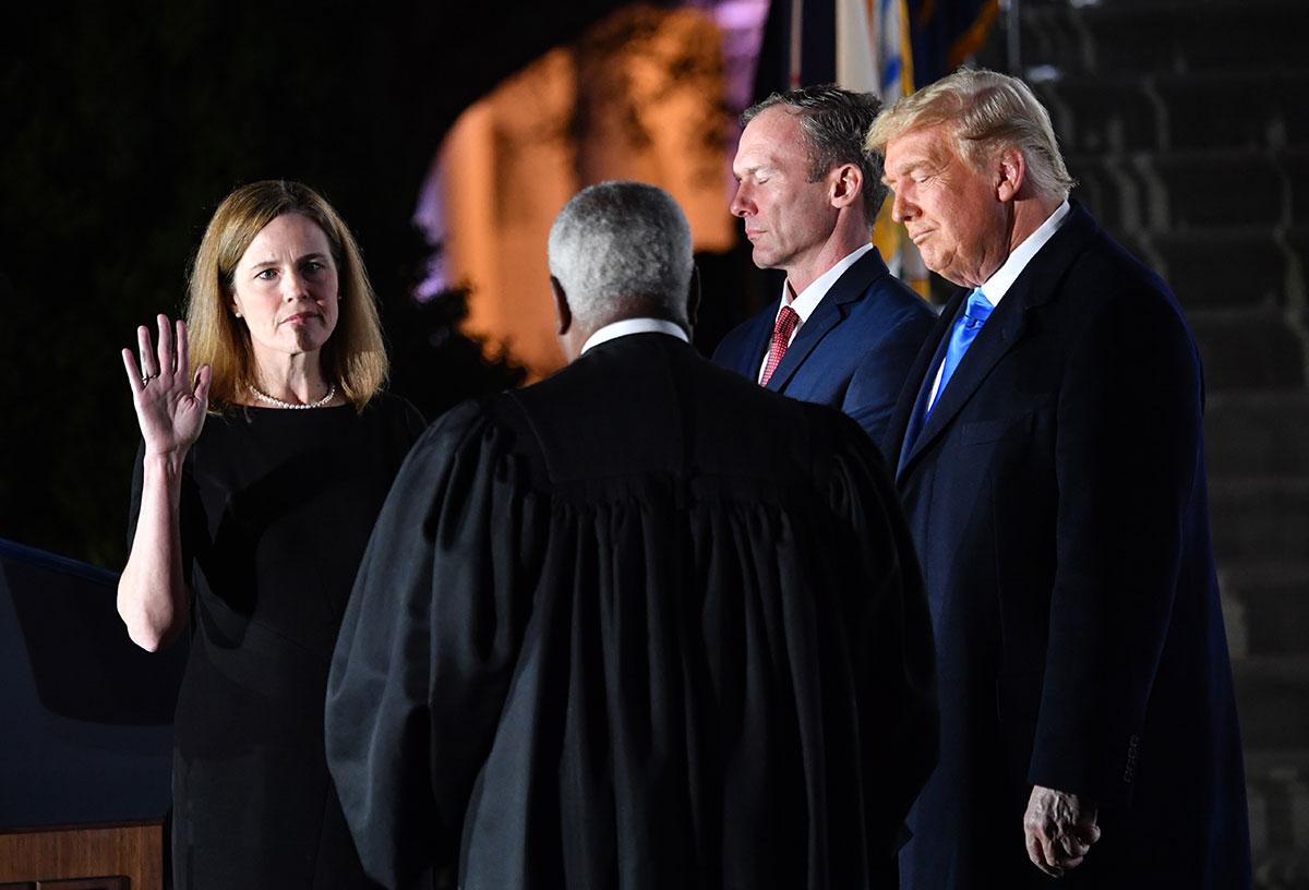 La juge Barrett confirmée à la Cour suprême, Trump jubile