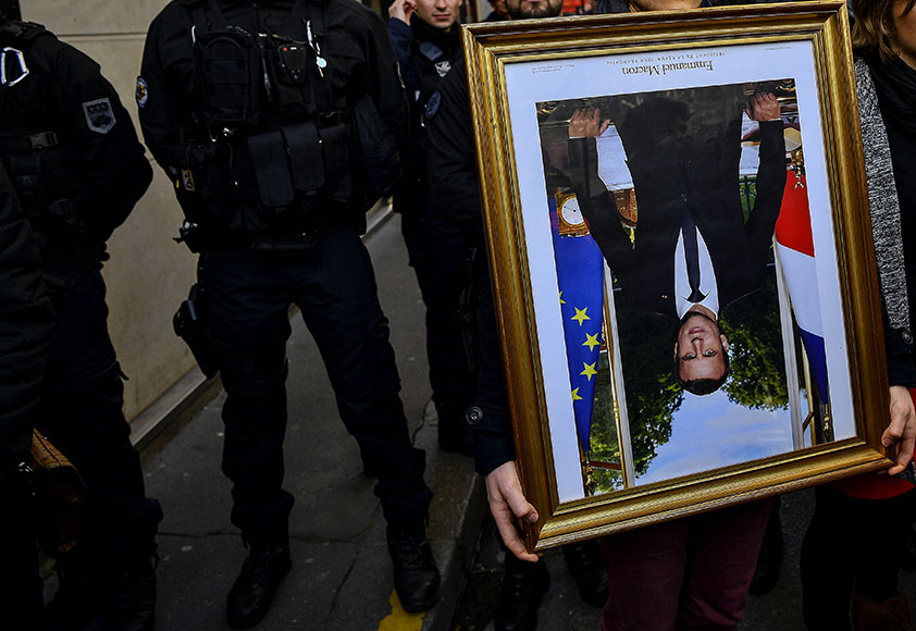 Gers: des décrocheurs de portraits de Macron relaxés au nom de la liberté d'expression