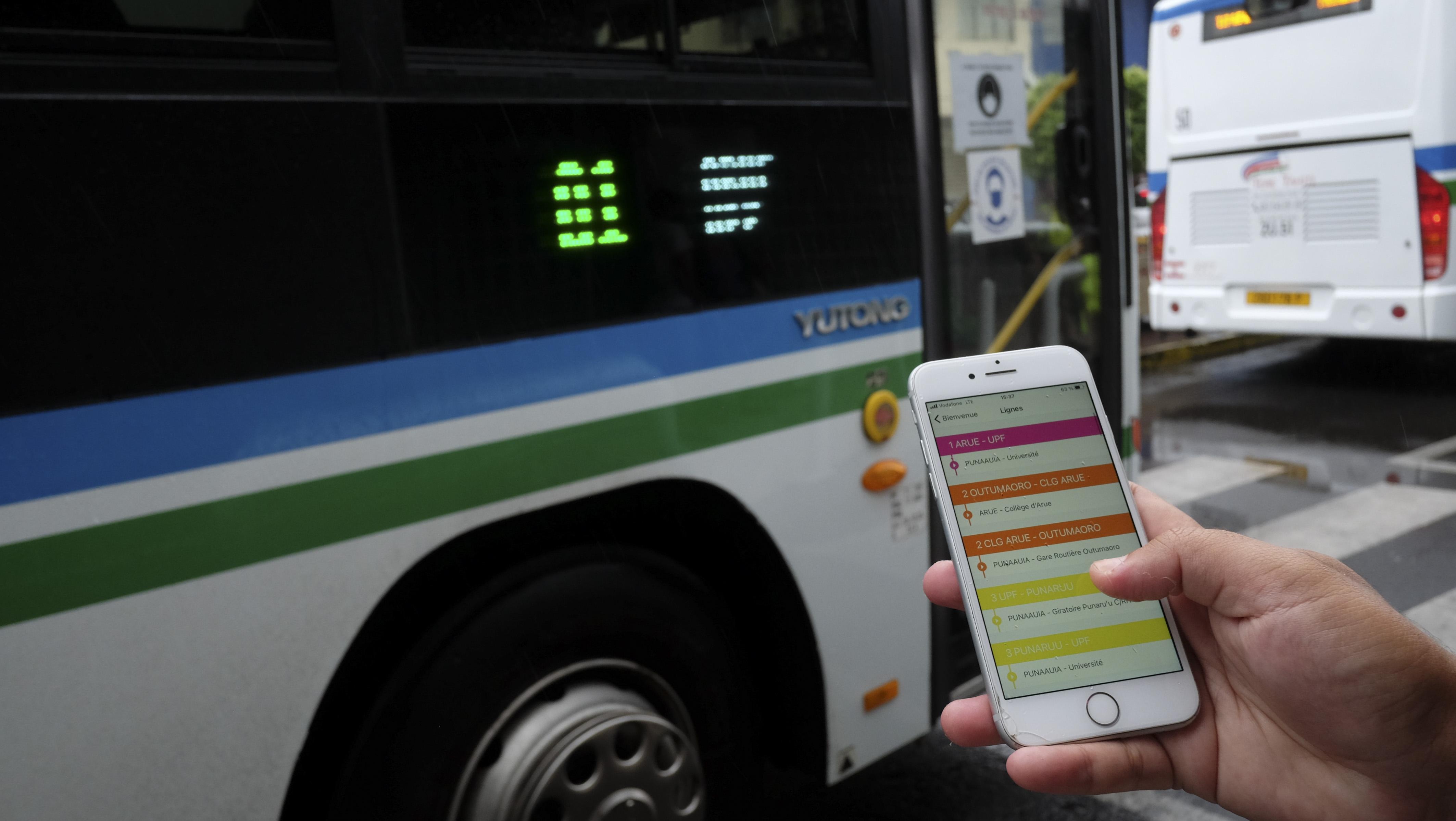 L'application Tere Tahiti, disponible sur les systèmes d'exploitation Android et iOS, renseigne l'usager sur le temps de passage et d'attente de chaque bus pour chacun des arrêts.