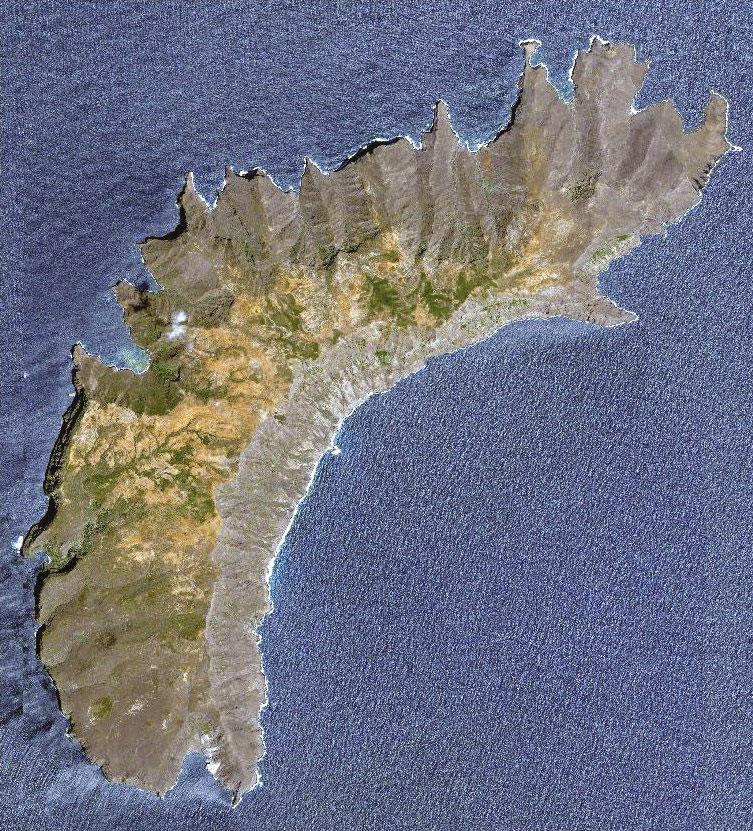 Vue par satellite de l'île de Eiao où survivaient dans de très difficiles conditions un petit groupe de Marquisiens originaires de Nuku Hiva. De Roquefeuil a raconté leur calvaire mais ne s'est pas arrêté lorsqu'il passa au large de l'île.