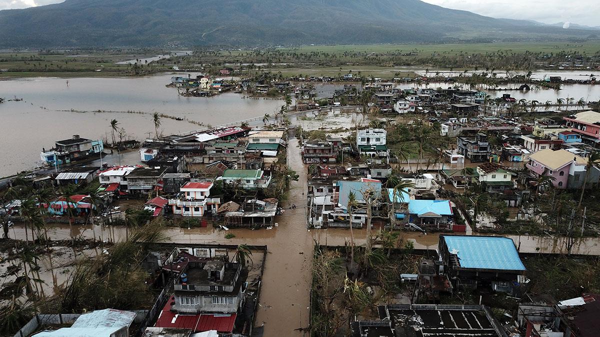 Le typhon Goni balaie les Philippines, au moins dix morts
