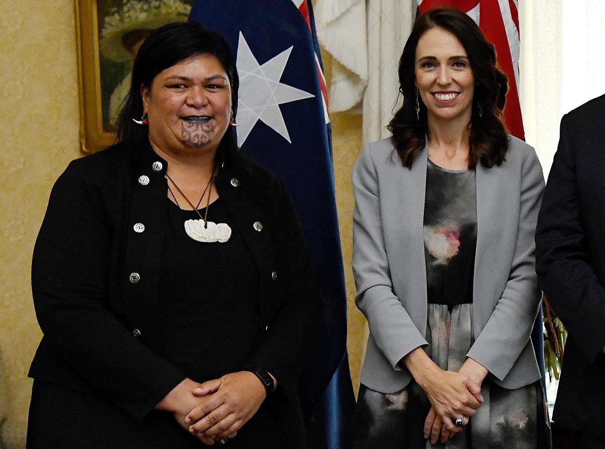 Les femmes et la communauté maorie sont fortement représentées dans ce gouvernement de 20 membres, et notamment aux Affaires étrangères, un poste qui a été confié à Nanaia Mahuta, qui présente la particularité de porter le moko kauae, tatouage du menton réservé aux femmes dans la culture maorie.