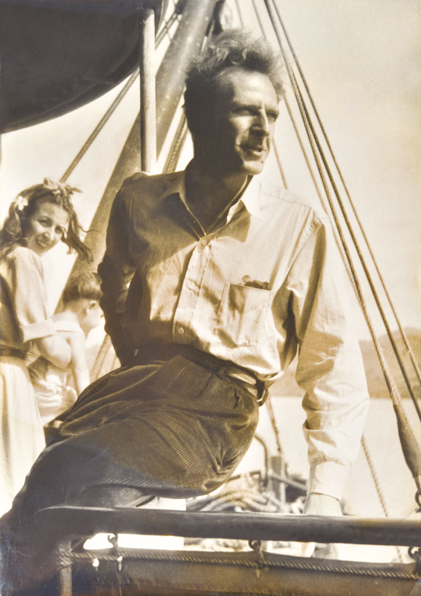 Sylvain, au fur et à mesure de sa découverte des îles polynésiennes, s'y sentira de plus en plus attaché. C'est décidé, il ne rentrera pas à Paris, il plantera le trépied de son objectif à Tahiti, aux côtés de sa muse, Jeanine.