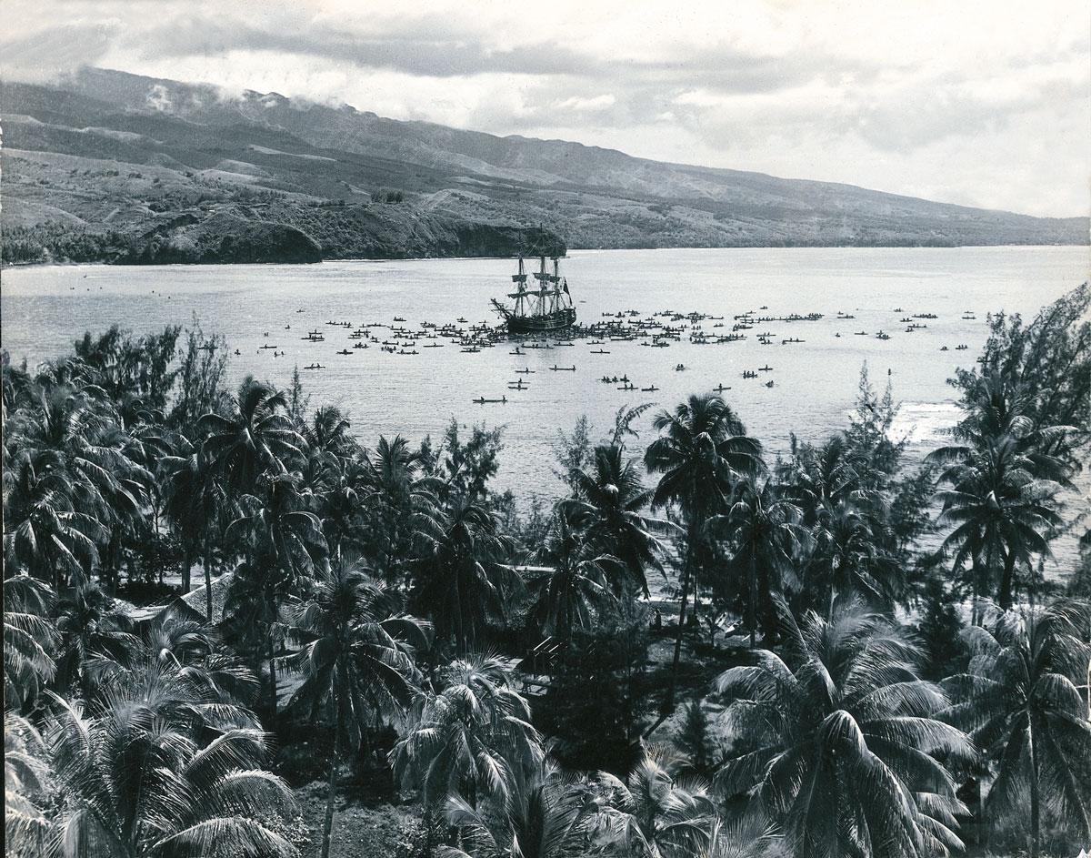"""Sylvain fut, bien entendu, aux premières loges en 1957 lors du tournage des """"Révoltés du Bounty"""" avec Marlon Brando. Ici le bateau anglais dans la baie de Matavai."""