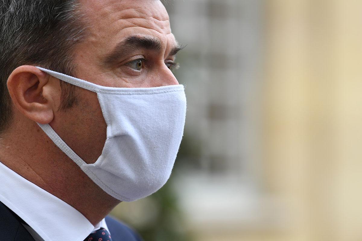 """Covid-19: un """"léger ralentissement"""" en France, peut-être lié aux couvre-feux"""