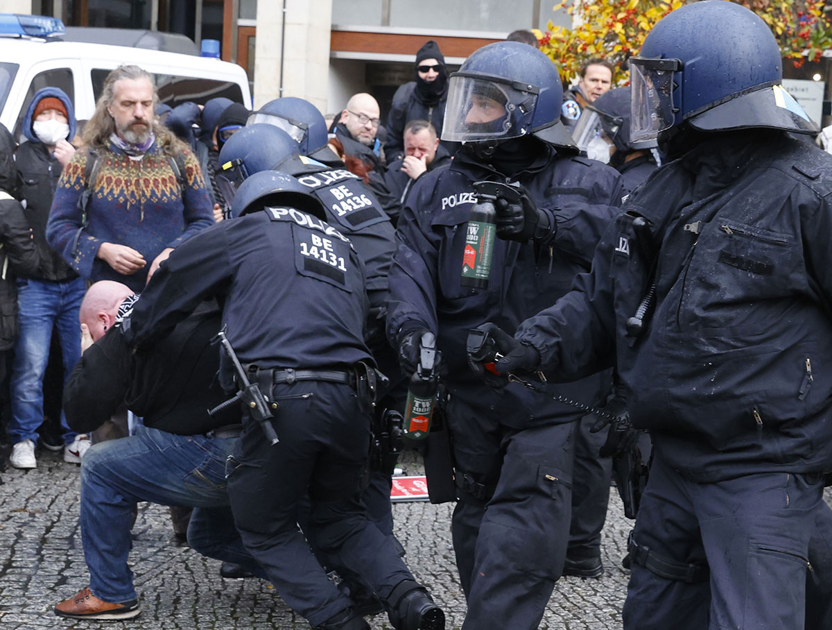 "A Berlin, la police tente de disperser une manifestation d'""anti-masques"""