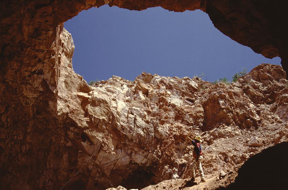 Dans les laves du Mexique, mais bien au-delà, les opales se détachent facilement de leur gangue de rhyolite. Il suffit de creuser...