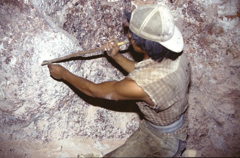 Le travail de dégagement des opales se fait en dynamitant la lave (de la rhyolite) : on fait une perforation à la barre à mine, on bourre de dynamite, on allume et on part en courant vite !