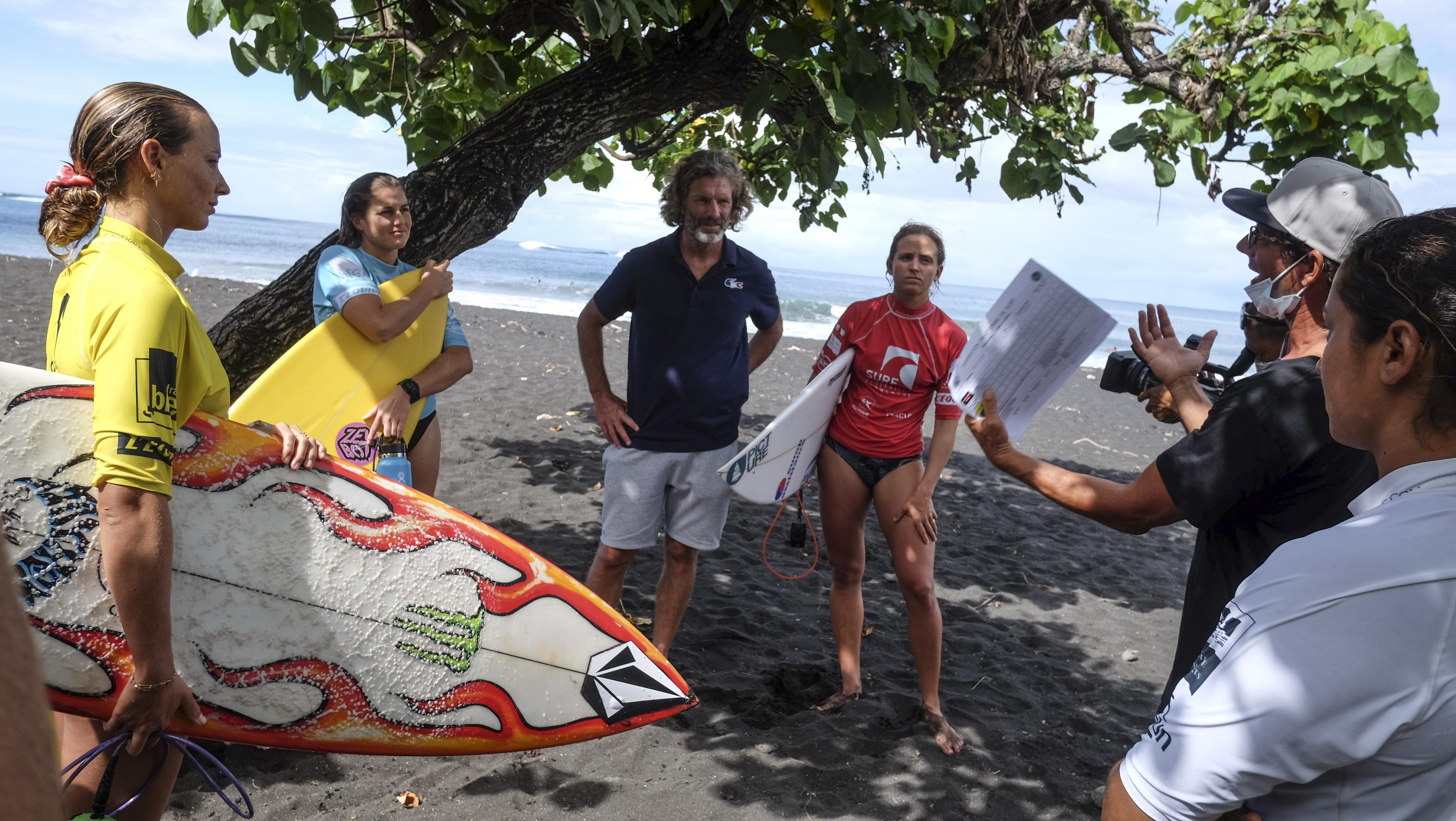 Le débrief des séries avec Stéphane Corbinien, directeur de la performance de la Fédération française de surf, et Hira Teriinatoofa, entraineur olympique de l'équipe de France.