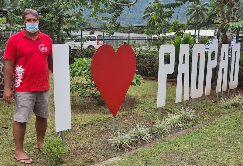 Hugues Hanere est le candidat désigné pour prendre la mairie de Paopao, mais la majorité de Evans Haumani, minoritaire sur place, hésite à présenter un candidat en face de lui... En toute illégalité.