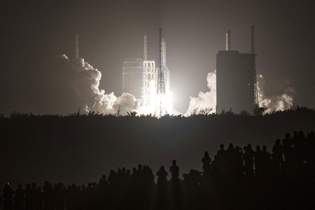 Lune: la sonde chinoise a entamé sa collecte d'échantillons
