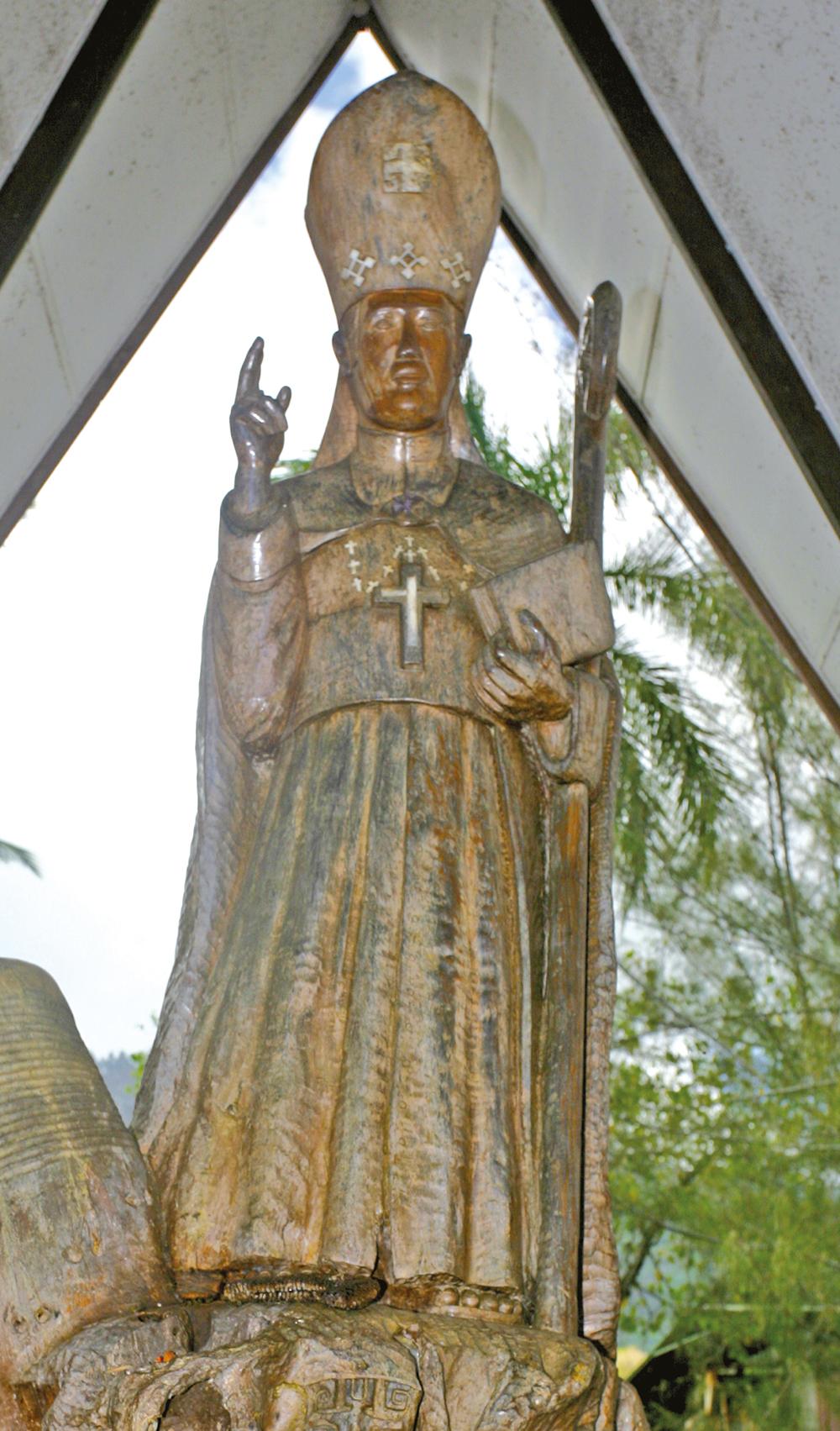 Mgr Dordillon, dont une statue à la cathédrale de Taiohae rappelle son action, fêta avec Bergasse du Petit-Thouars le retour à la paix civile dans l'archipel marquisien.