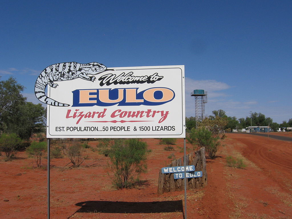 Eulo était un carrefour régional à la fin du XIXe siècle, au centre d'une large zone d'extraction des opales. Aujourd'hui, la bourgade ne compte que quelques dizaines d'habitants mais des centaines de lézards si l'on en croit le panneau de bienvenue.
