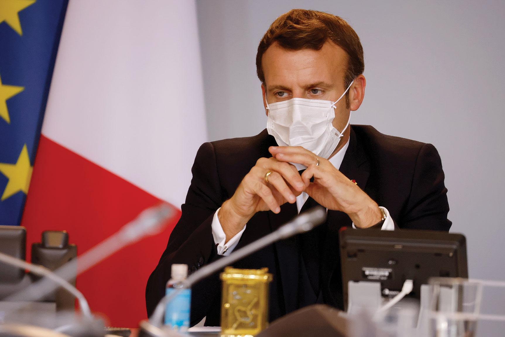 """Covid-19 : Macron ressent des """"symptômes légers"""""""