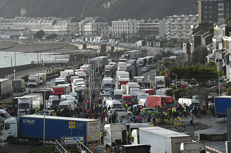 Le Royaume-Uni sort lentement de son isolement, les routiers excédés