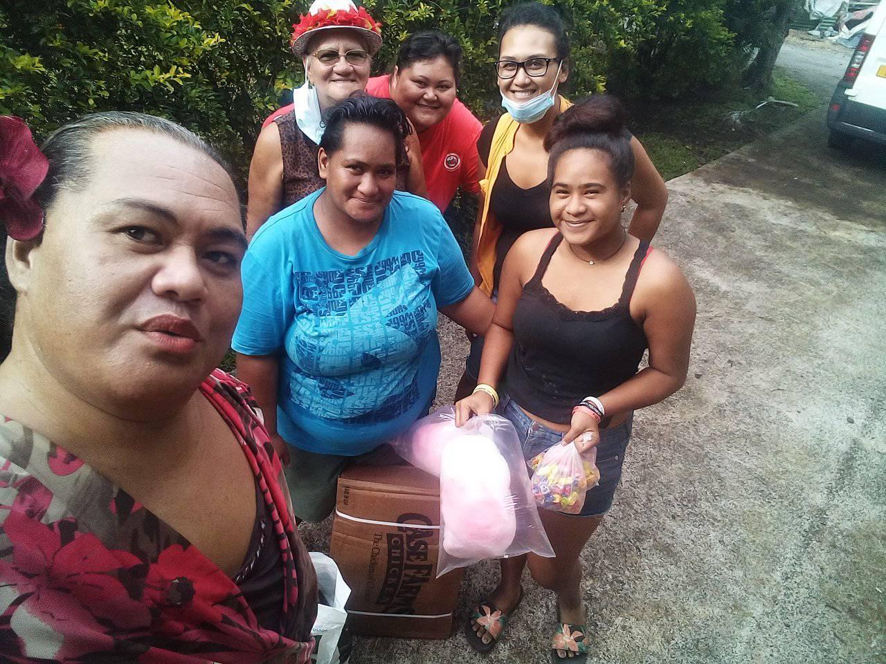 """La présidente de l'association Continuons ensemble, Punaa """"Verline"""" Vavitu accompagnée de Mme Marie-Louise Godfrey, adjointe au maire en charge du social de la commune de Taputapuatea."""