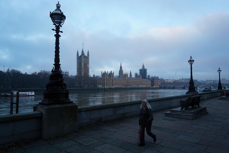 Covid-19: Johnson reconfine l'Angleterre