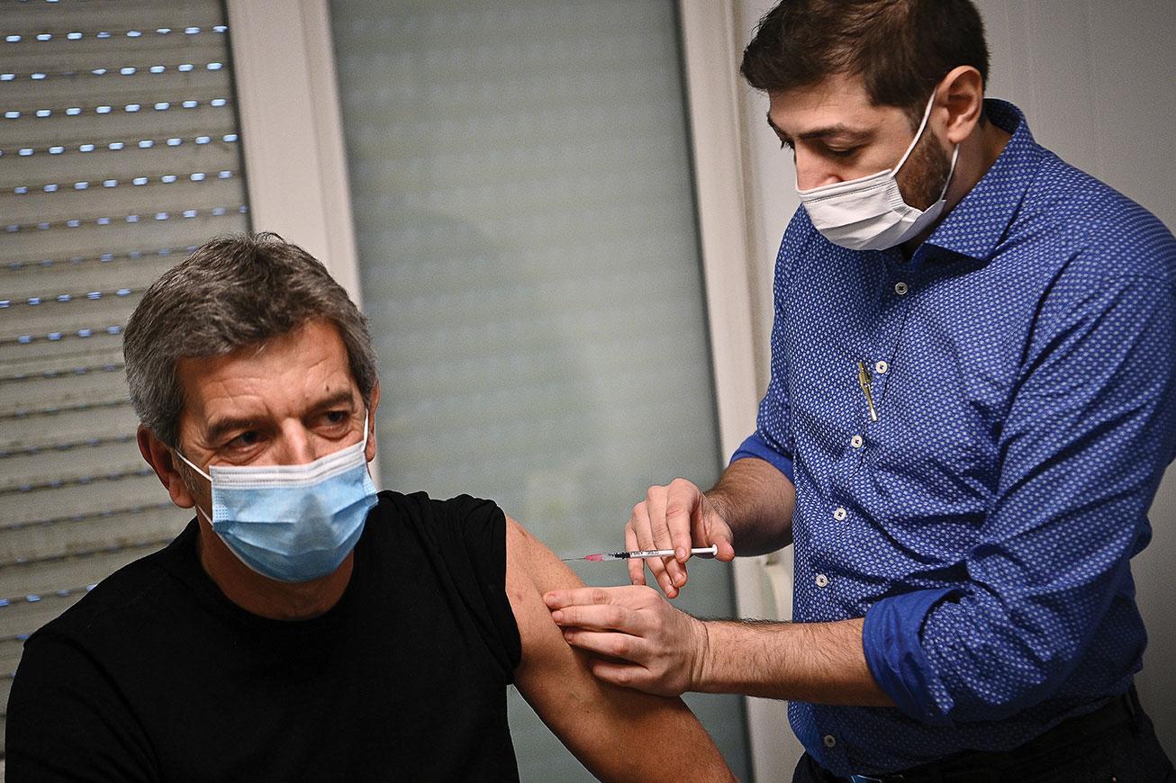 Une quinzaine de personnalités du monde médical, dont Michel Cymes, ont été vaccinées contre le Covid-19 mercredi au centre hospitalier d'Aulnay-sous-Bois.