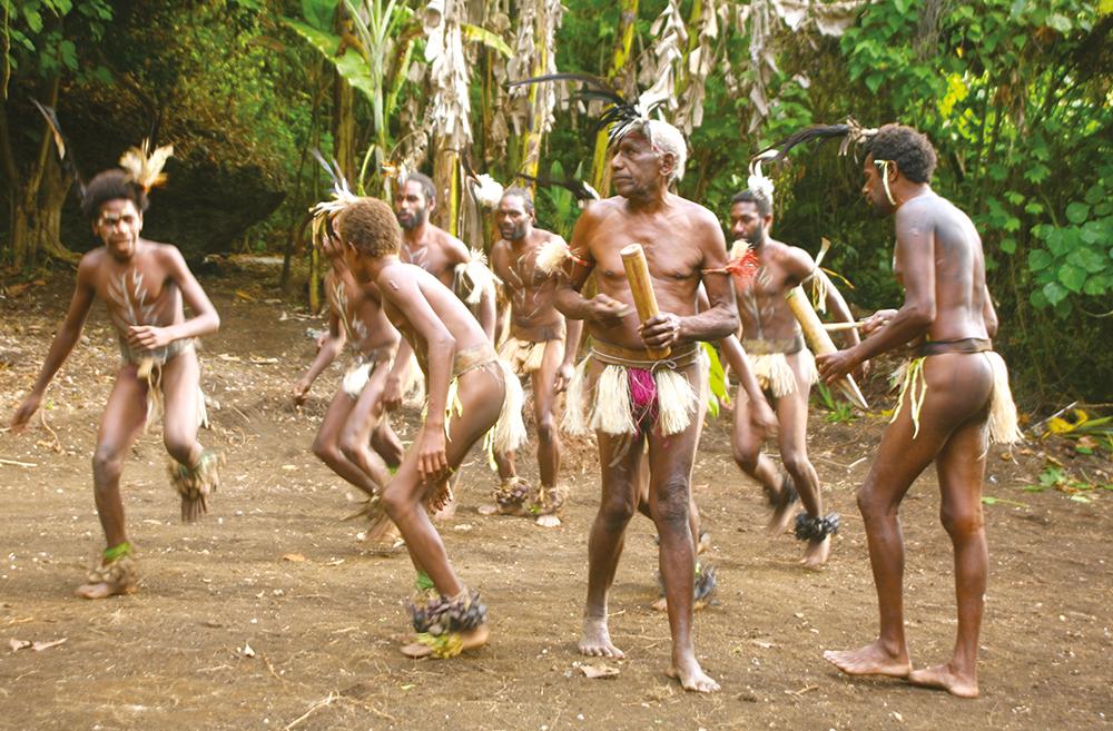 Les hommes dansent, augmentant l'intensité du rythme de leurs pas en frappant des bambous qui viennent appuyer les percussions.