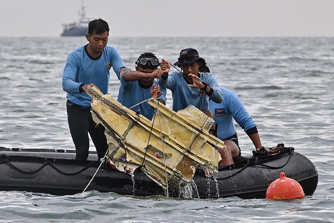 Boeing disparu en Indonésie: des débris et des morceaux de corps retrouvés