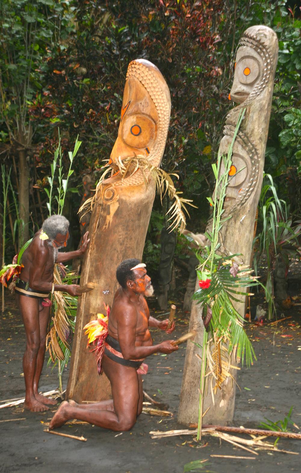 """Les tambours sont souvent plantés au cœur des villages, mais on en trouve aussi en pleine forêt, installés là pour des raisons bien précises permettant à la population de communiquer, la """"5G"""" locale..."""