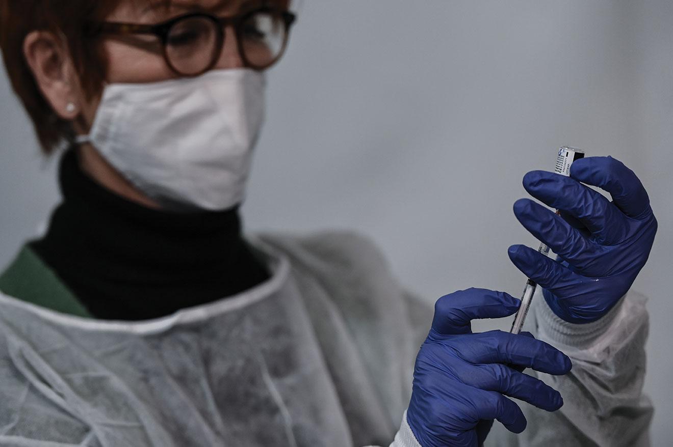 Covid-19: top départ en France pour la vaccination élargie aux plus de 75 ans