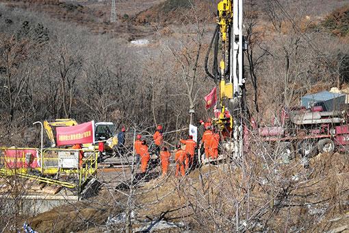 Chine: les sauveteurs creusent pour atteindre des mineurs coincés depuis 9 jours