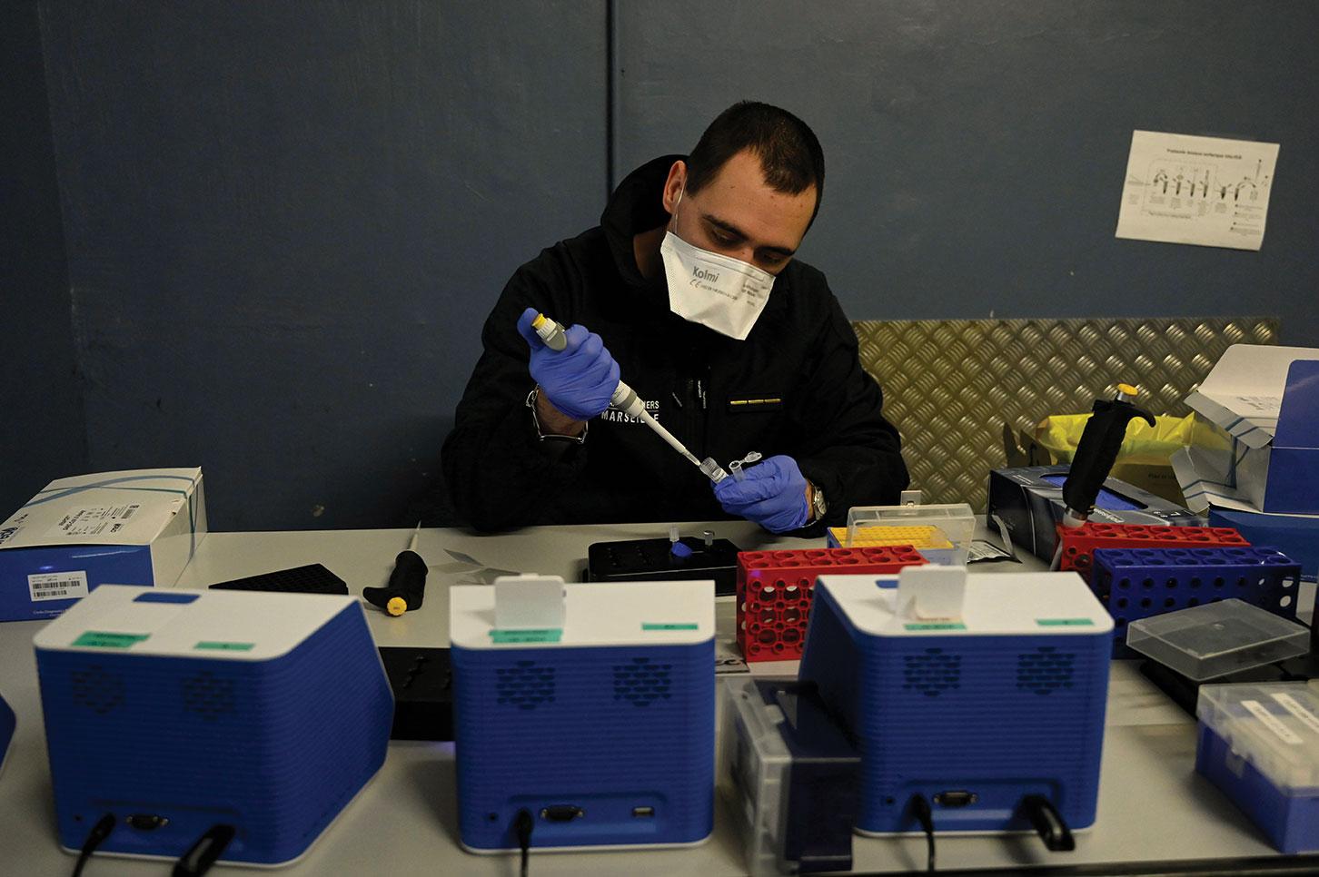 Virus: des tests PCR exigés avant l'arrivée en France pour les voyageurs européens dès dimanche