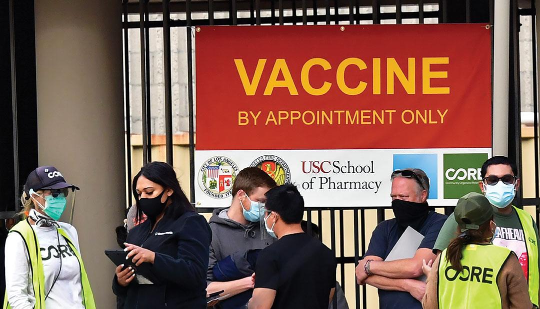 """A Los Angeles, des jeunes partent à la """"chasse aux vaccins"""" devant les hôpitaux"""